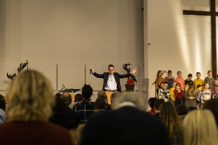 Bert Boer op podium met kinderen