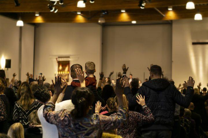 Kerk achterin - handen omhoog in aanbidding