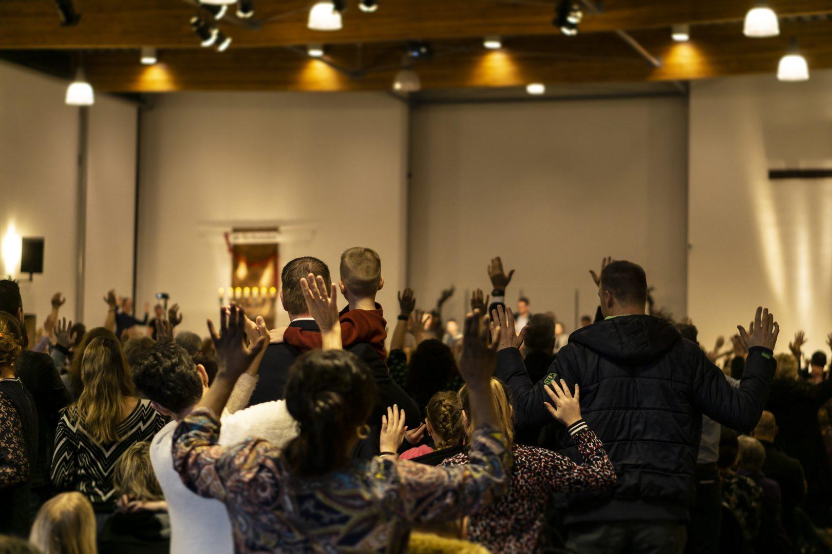 Kerk achterin – handen omhoog in aanbidding