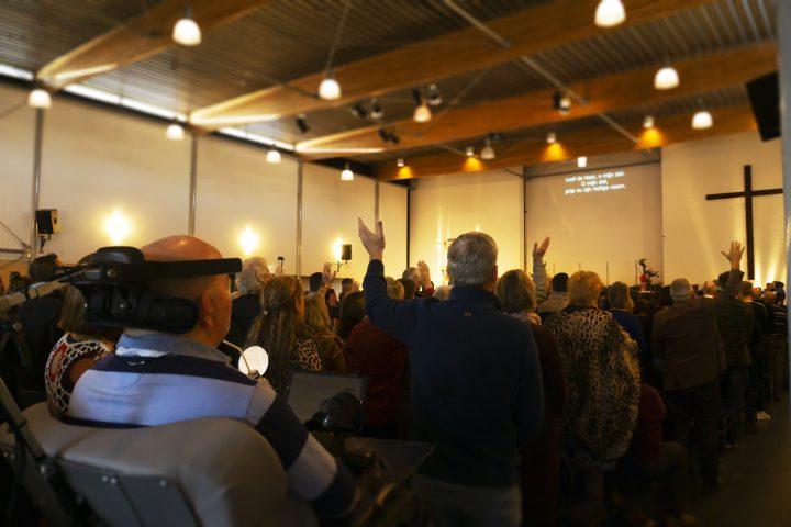 Kerkdienst (vanaf de zijkant)