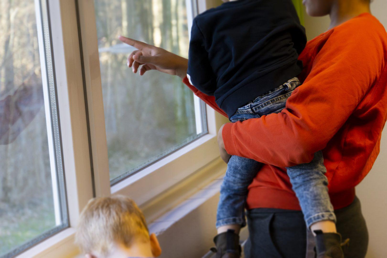Leidster met kindje op de arm