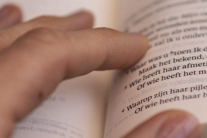 Bijbel met hand (header)