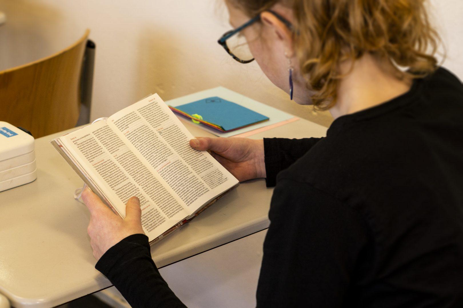 Groep 8 Meisje leest bijbel
