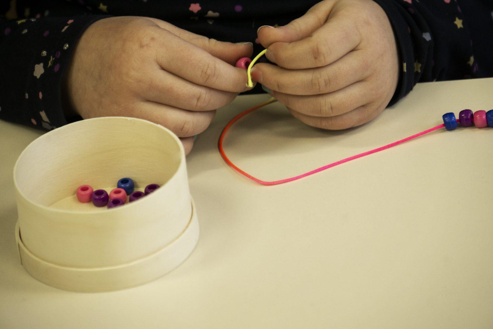 Kinderhandjes maken kralenketting