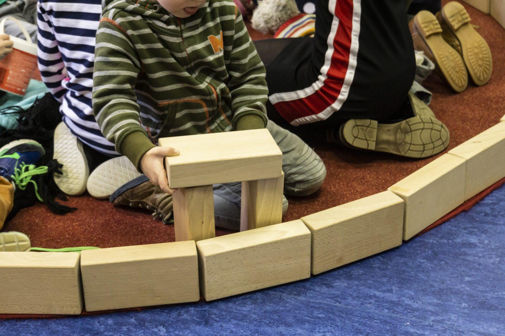 Jongetje bouwen met blokken