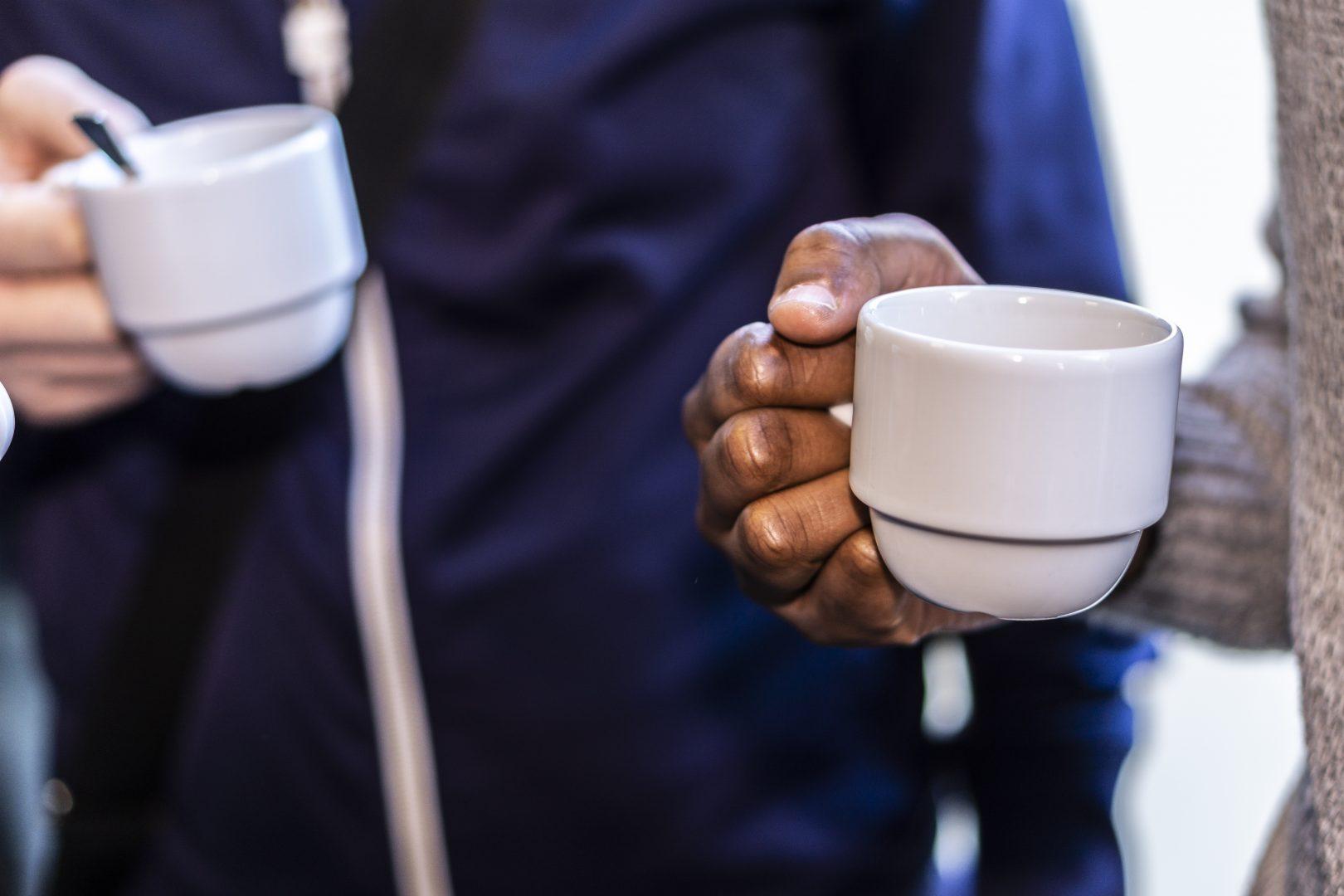 Kopje koffie vasthouden