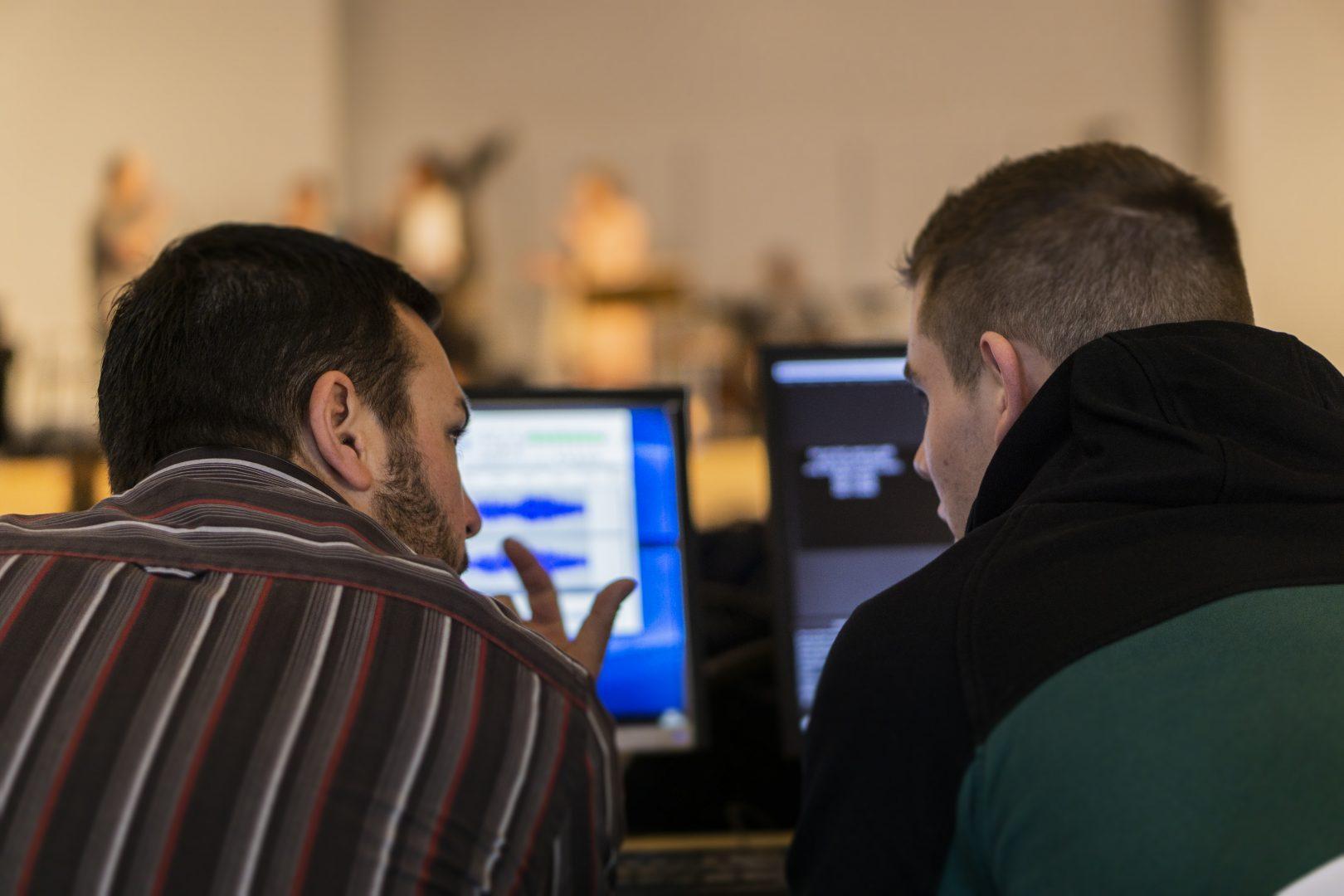 2 leden productie team in overleg